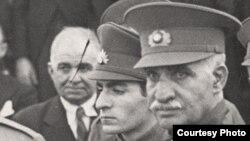 رضا شاه پهلوی در کنار فرزندش محمد رضا شاه