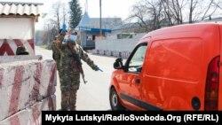 Блок-пост Национальной полиции Украины в поселке Долина на Донбассе