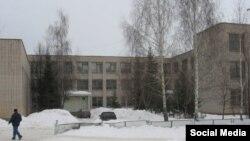 42нче рус мәктәбенең өченче катында татар гимназиясе укучылары белем ала