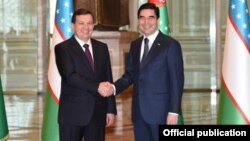Президент Узбекистана Шавкат Мирзияев и президент Туркменистана Гурбангулы Бердымухамедов (справа)