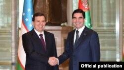 Өзбекстан президенті Шавкат Мирзияев (сол жақта) пен Түркіменстан президенті Гурбангулы Бердімұхамедов. Ашғабат, 7 наруыз 2017 жыл.