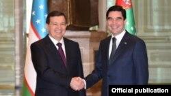 Президент Узбекистана Шавкат Мирзияев (слева) и президент Туркменистана Гурбангулы Бердымухамедов. Ашхабад, 7 марта 2017 года.