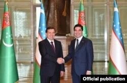 Президент Узбекистана Шавкат Мирзияев и президент Туркменистана Гурбангулы Бердымухамедов (справа).