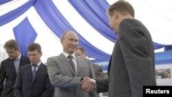 Ռուսաստանի նախագահ Վլադիմիր Պուտինը սեղմում է Կրասնոդարի նահանգապետ Ալեքսանդր Տկաչովի ձեռքը, Սոչի, հունիս, 2011թ.