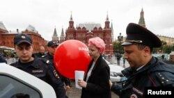 Полицейские проверяют документы у активистов, поддерживающих Алексея Навального