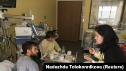 Петр Верзилов жана Надежда Толоконникова.