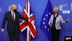 Boris Johnson brit miniszterelnöknek mutatja az utat Ursula von der Leyen, az Európai Bizottság elnöke 2020. december 9-én Brüsszelben.