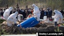 Поховання померлого від коронавірусу поблизу Санкт-Петербурга, 10 травня 2020 року