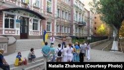 Бахмут, День прапору, 2014 рік. Місцеві активісти біля будівлі колишньої Земської управи, де в 1918 році вперше на Донбасі було піднято український прапор