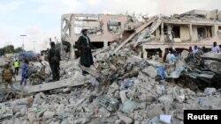 Разрушения на месте взрыва в столице Сомали. Могадишо, 14 октября 2017 года.