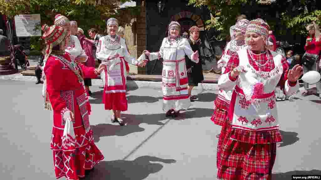 Представительницы Чувашской общины Севастополя исполняют национальный танец на Фестивале национальной кухни Больше фотографий – по ссылке