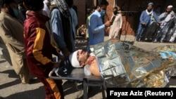 یکی از زخمی های انفجار در داخل یک مدرسه در پیشاور October 27, 2020.