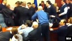 Турканици меѓу власта и опозицијата на собраниската говорница