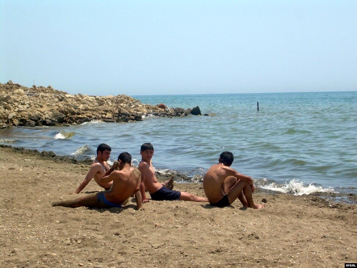 Парень на диком пляже
