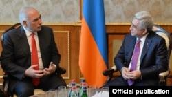 Президент Армении Серж Саргсян и мэр Лиона Жорж Кепенекян (слева), Ереван, 7 марта 2018 г.