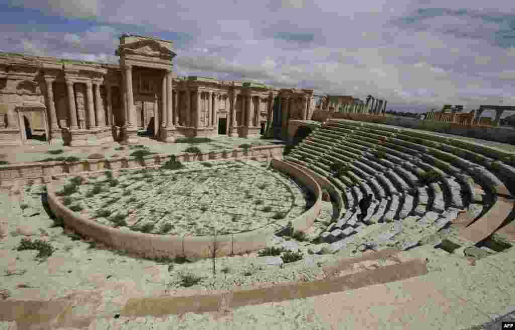 Ruinele teatrului roman, construit în secolul doi. Pînă nu demult, aici se organiza anual Festivalul de la Palmira.