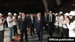 Президент Серж Саргсян (справа) и лидер «Оринац еркир» Артур Багдасарян (слева) на мероприятии, посвященном 15-летию учреждения партии, 20 марта 2012 г.