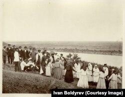 Улица в праздник на виноградных садах. Земля войска Донского, станица Цимлянская. 1875-1876