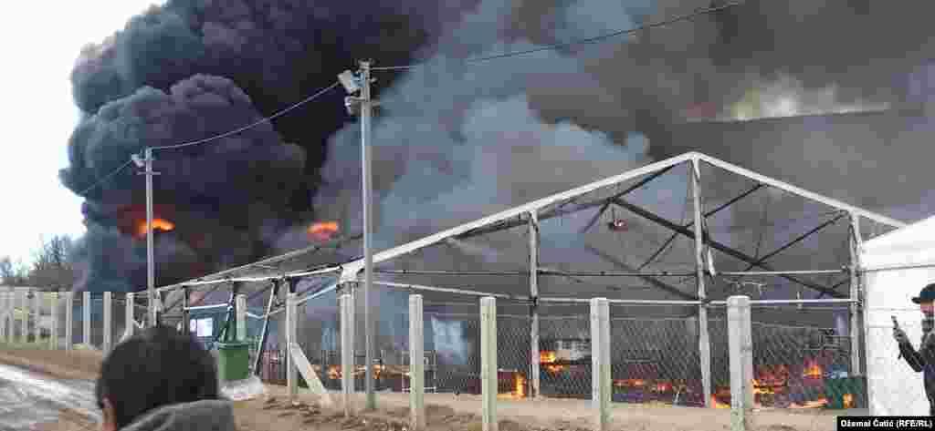 БОСНА И ХЕРЦЕГОВИНА - Пожарот во мигрантскиот капм Липа, во близина на Бихаќ е ставен под контрола, но целата инфраструктура е уништена или оштетена, изјави шефот на мисијата на Меѓународната организација за миграција (ИОМ) во Босна и Херцеговина, Питер Ван дер Оверарт. Пожарот кој избувна денеска бил предизвикан од мигрантите со палење на шаторите и контејнерите.