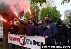 Ультраправые демонстранты требуют отставки Андрея Ермака в Киеве в мае 2020 года.