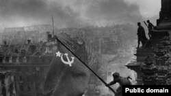 Установление флага над Рейхстагом, 1945