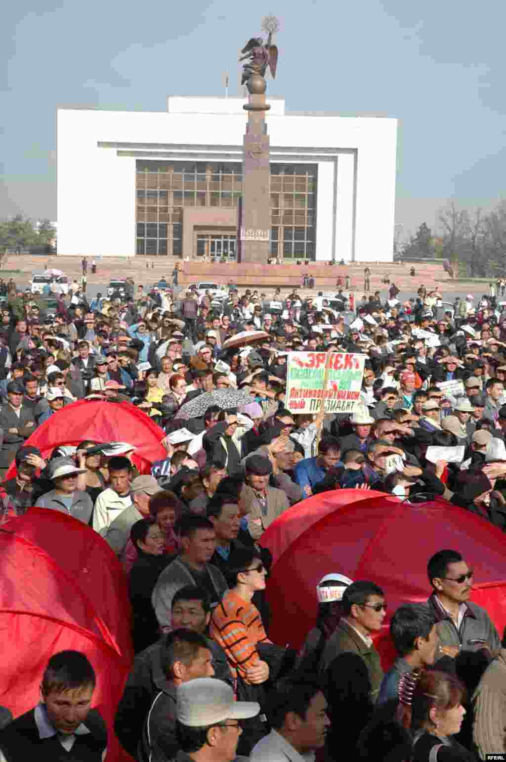 Demonstrators in Bishkek on November 6 (RFE/RL) - In the run-up to the protests, President Bakiev met several times with opposition leaders, but the meetings produced no results.