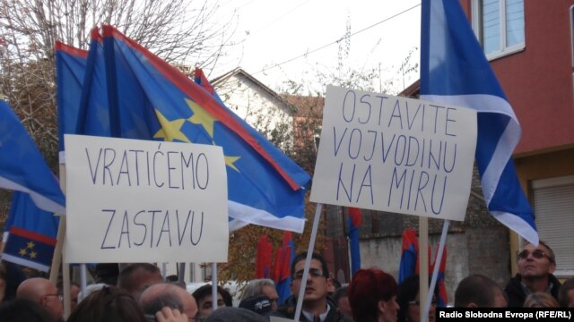 Protest zbog uklanjanja zastave Vojvodine sa dva novosadska javna preduzeća, novembar 2012. foto: Norbert Šinković