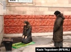 Женщины-мусульманки совершают намаз во дворе одного из государственных учреждений. Иллюстративное фото.