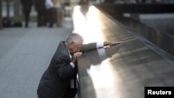 روبرت بيرازا يبكي عند إسم إبنه ديفيد في موقع تخليد ضحايا هجمات 11 أيلول بنيويورك