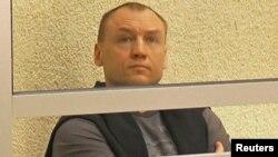 Эстония арнайы қызметінің офицері Эстон Кохвер сотта отыр. Псков облысы, 2 маусым 2015 жыл.