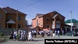 Люди собрались возле дома родителей Жолдаса Темиралиева в день его похорон. Атырау, 13 июня 2011 года.