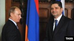 Премьер-министр Армении Тигран Саргсян (справа) встречается со своим россиийским коллегой Владимиром Путиным (архивное фото)