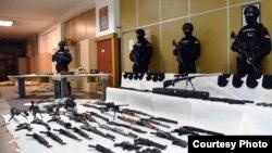 запленето оружје и експлозив во куќа во Ритопек, која им припаѓаше на припадниците на групата на Вељко Беливук беа изложени во Белград