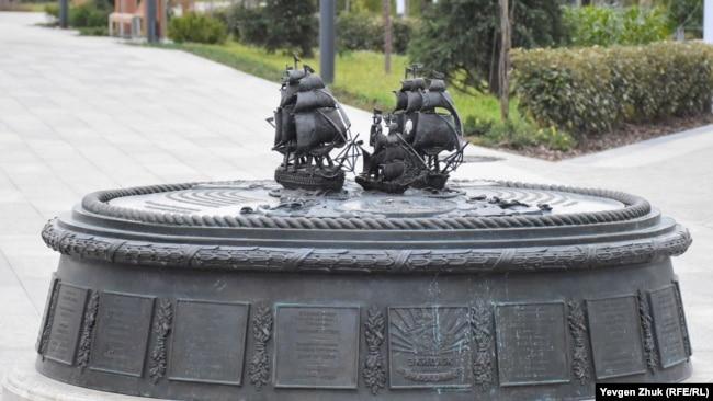 Матросский бульвар в Севастополе: «фонтан с золотыми рыбками» и уличный кот (фотогалерея)