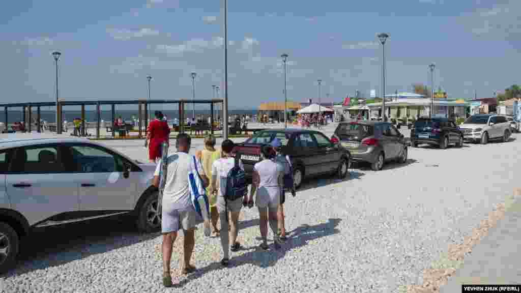 Відпочивальники йдуть на пляж крізь будівництво