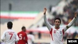 جواد نکونام یکی از دو گل ایران را وارد دروازه شیلی کرد.