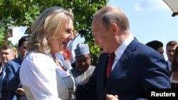 Глава МИД Австрии Карин Кнайсль танцует с Владимиром Путиным, 18 августа 2018 года
