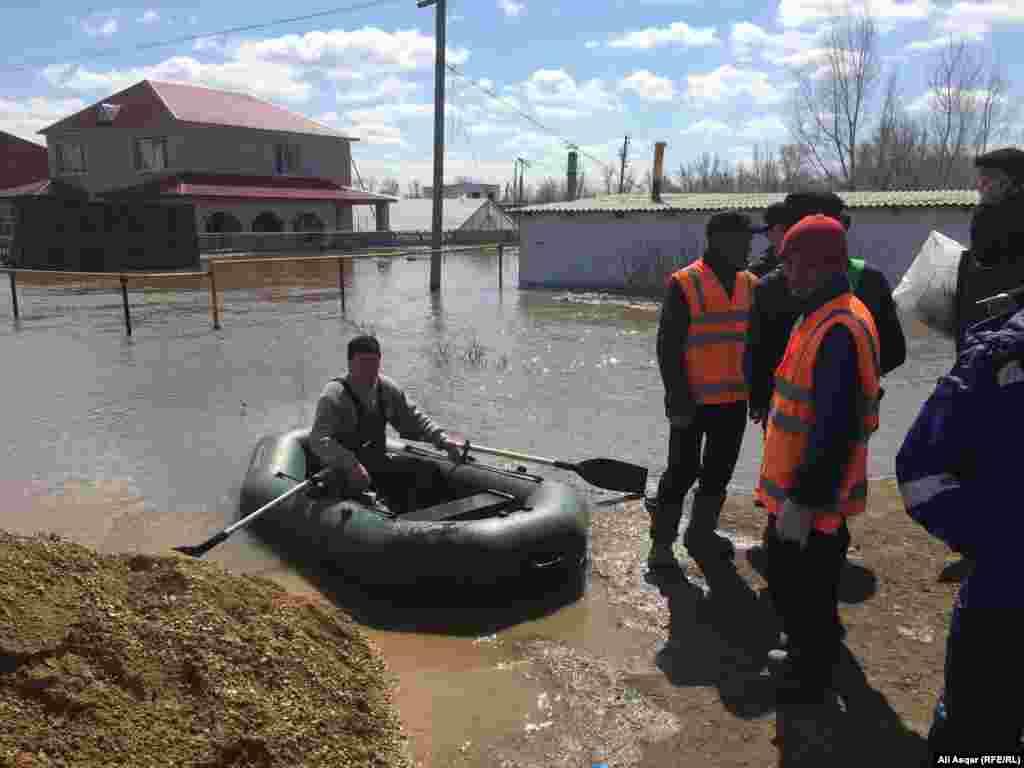 Сотрудники аварийных служб на месте подтопления в Актобе.