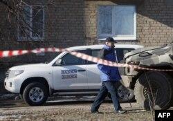 Автомобиль наблюдателей ОБСЕ в Соледаре, недалеко от Артемовска