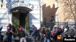 Ukrainë - Demonstruesit anti-qeveritar sulmojnë zyrat e Partisë së Rajonit në Kiev, të cilës i takon edhe presidenti Viktor Yanokuvych, 18 shkurt, 2014