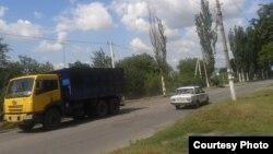 Вантажівки з вугіллям постійно курсують вулицями міста
