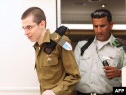 Шаліт апранае ізраільскую вайсковую форму пасьля вызваленьня