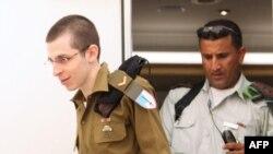 Гилад Шалит на родине переоделся в военную форму