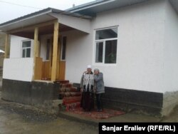 Майрам-апа с дочкой на фоне нового дома.