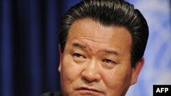 Sin Son-ho addresses a press conference at the UN.