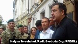 """Михаил Саакашвили """"Леополис"""" қонақүйінің алдында тұр. Львов, Украина, 12 қыркүйек 2017 жыл."""