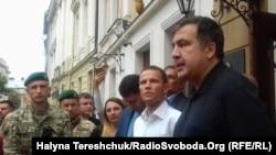 Міхеїл Саакашвілі спілкується з прикордонниками, Львів, 12 вересня 2017 року