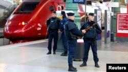 Ֆրանսիա - Ոստիկանները պարեկություն են իրականացնում Փարիզի կայարաններից մեկում, 14-ը նոյեմբերի, 2015թ.