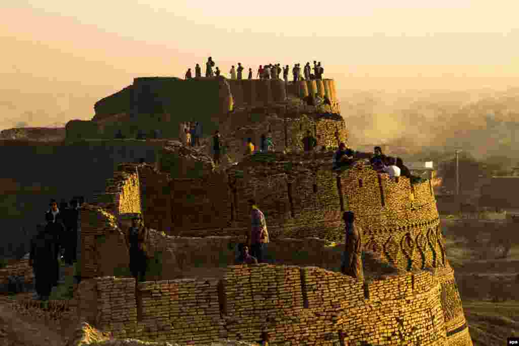 People visit the historical Derawar Fort in the Cholistan Desert, Pakistan. (epa/Omer Saleem)