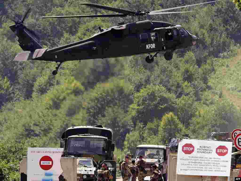 Francuski vojnici KFOR-a kontroliraju granični prijelaz Brnjak, 03.08.2011. Foto: AFP